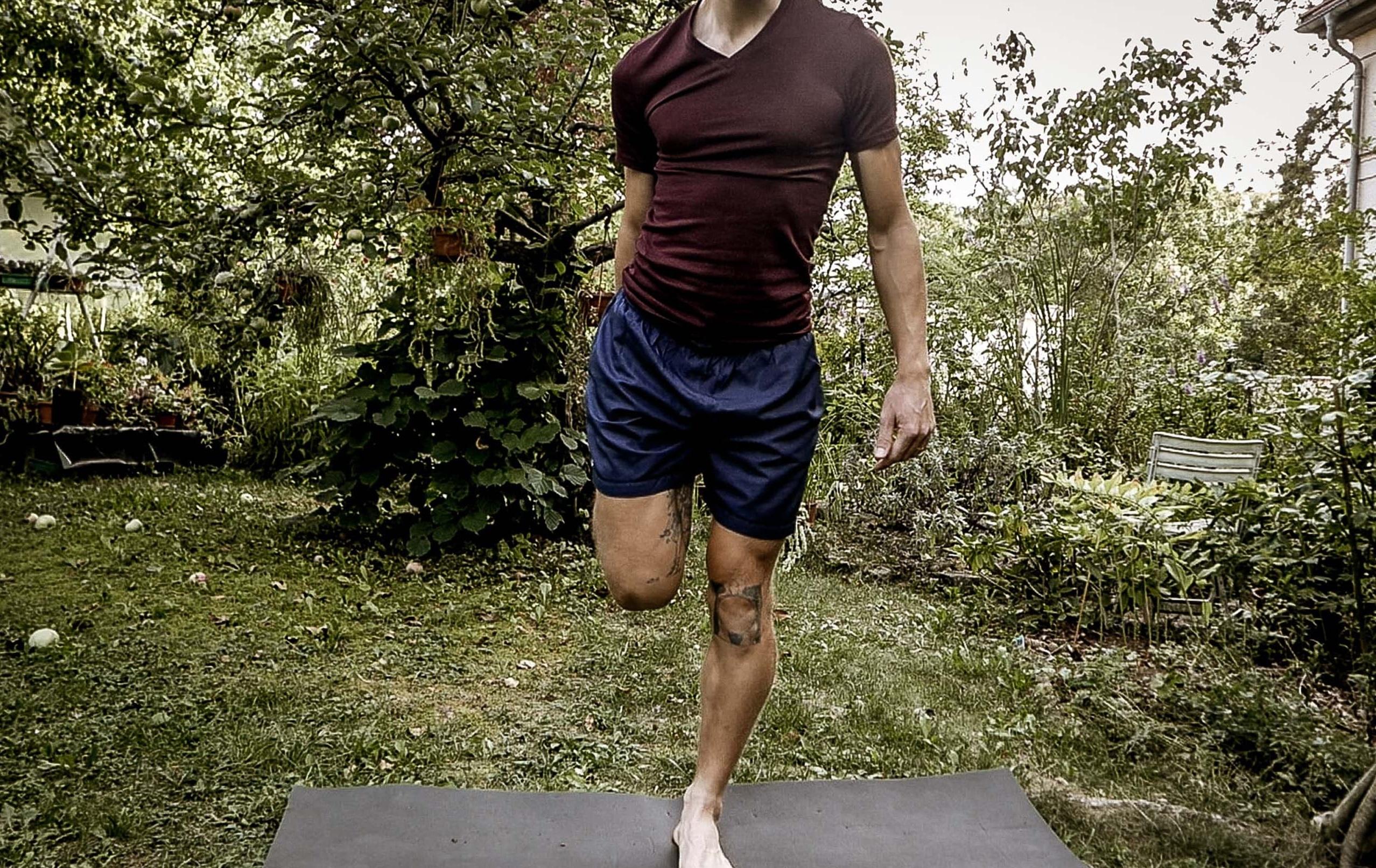 Dehnübung rechtes Bein nach hinten ziehen