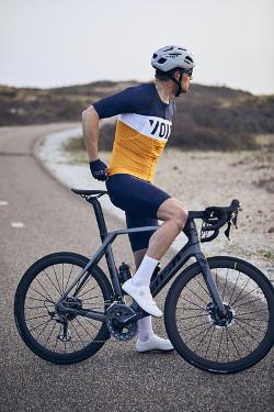 VOID Fusion Herrentrikot in orange-blau präsentiert auf einem Bike